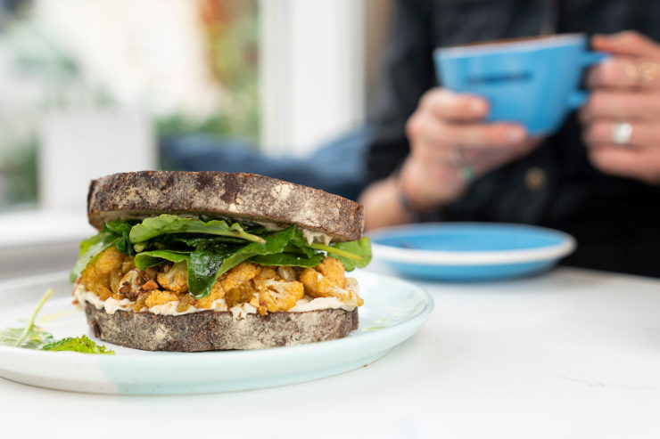 Sandwich with cauliflower & greens